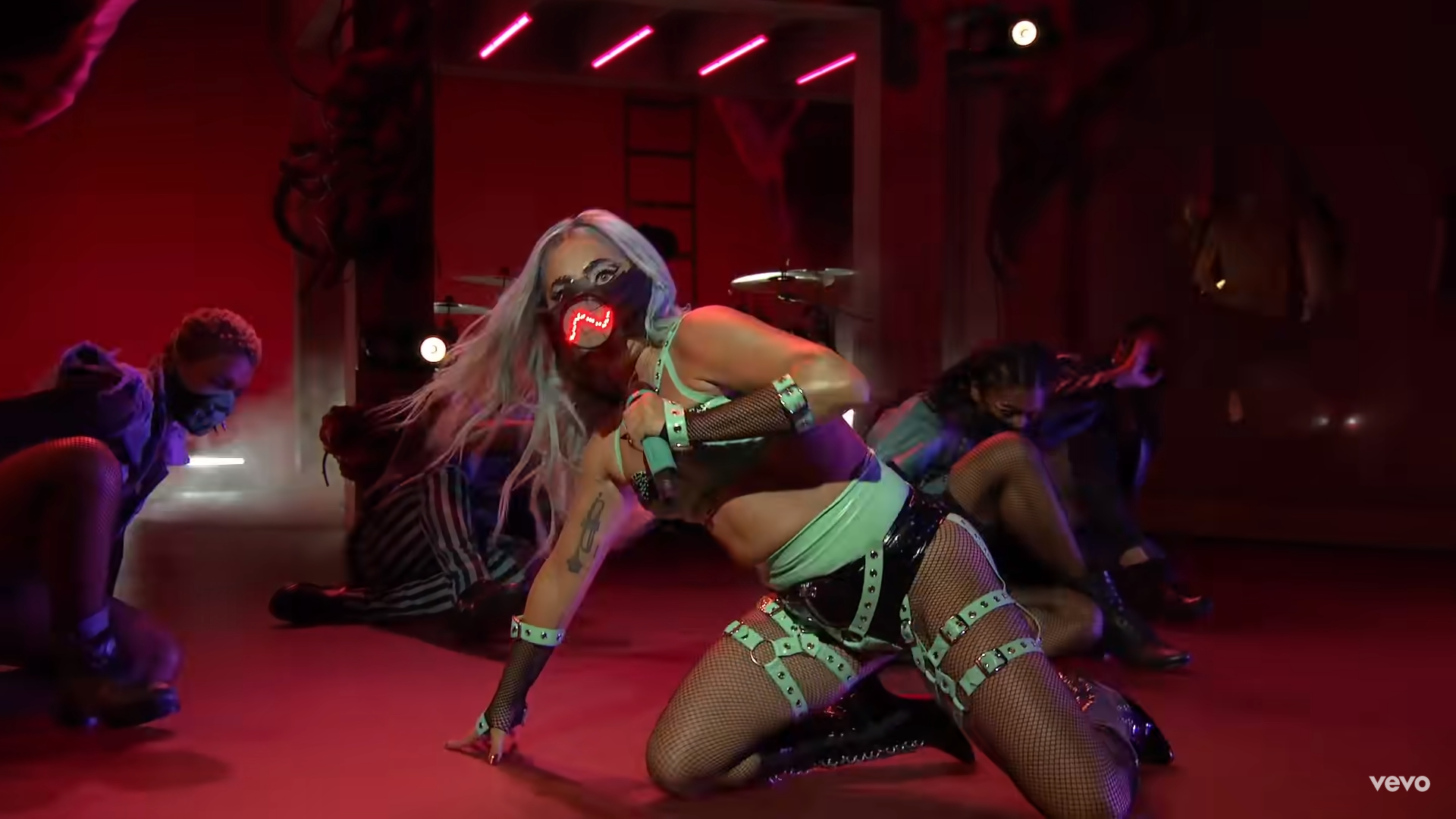 Lady Gaga performing with the sound reactive mask made by Smooth Technology in collaboration with Diego Montoya. Screenshot from her 2020 VMA performance.